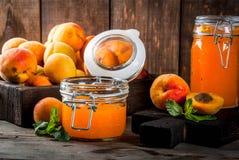Варенье абрикоса в малых опарниках Стоковая Фотография