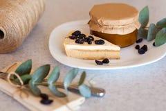 Варенье абрикоса в опарнике и торте Стоковое Фото