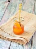 Варенье абрикоса в опарнике на салфетке изолировало светлую таблицу Стоковое Фото