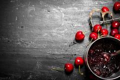 Варенье вишни в кастрюльке Стоковые Фото