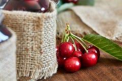 Варенье вишни на деревянной предпосылке в опарниках Стоковые Изображения RF