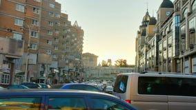 Варенье городского транспорта сумрака, автомобили кораблей улицы вставило промежуток времени сток-видео