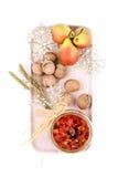 Варенье, груши и грецкие орехи груши послужены на свете - розовом подносе на a Стоковые Изображения RF