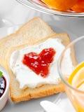 Варенье и сливк клубники на хлебе Стоковые Изображения