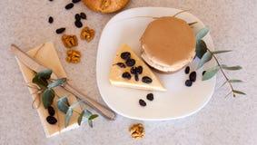 Варенье и торт абрикоса с изюминками на плите Стоковое фото RF