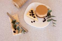 Варенье и торт абрикоса с изюминками на плите Стоковое Изображение