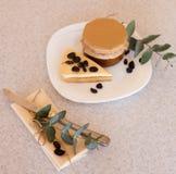 Варенье и торт абрикоса с изюминками на плите Стоковые Изображения