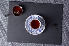 Варенье конуса чашки чаю и кедра Стоковые Изображения