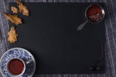 Варенье конуса чашки чаю и кедра Стоковые Фотографии RF
