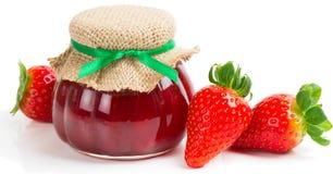 Варенье клубники в опарнике и свежих ягодах стоковое фото rf