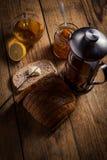 Варенье домодельного цитруса оранжевое на здравице над деревянным столом Стоковые Изображения