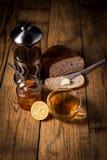 Варенье домодельного цитруса оранжевое на здравице над деревянным столом Стоковое фото RF