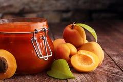 Варенье от абрикосов в стеклянном опарнике на деревянной поверхности стоковые изображения rf