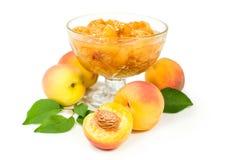 Варенье персика и свежие фрукты с листьями Стоковые Фото