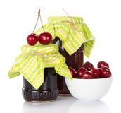 Варенье сладостных вишен и свежие ягоды Стоковые Фотографии RF