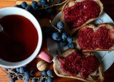 Варенье Blackcurrant на хлебе на деревянном стоковое изображение