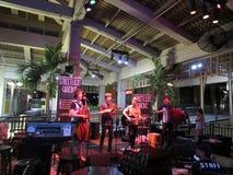 Варенья каденции уличного света диапазона поют и сжимают на баре Mai Tai Стоковые Изображения