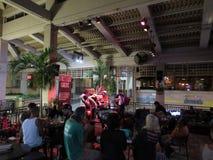 Варенья каденции уличного света диапазона поют и сжимают на баре Mai Tai Стоковое Фото