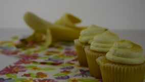 варианты еды здоровые Старты сфокусировали на желтых картофельных стружках, тогда переводят к желтому яблоку акции видеоматериалы