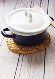 Варить бак на белом деревянном столе нож кухни вилки оборудования Стоковые Фотографии RF