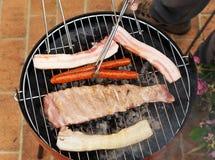 Варить барбекю для друзей Стоковая Фотография RF