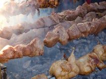 Варить барбекю Мясо зажарено на вертеле Гриль еды улицы стоковое изображение