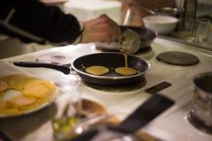 Варить блинчики в кухне Стоковое Фото