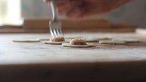 Варить вареники Вырезывание объезжает тесто для вареников акции видеоматериалы
