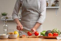 Варить вкусную и здоровую еду Повара отрезали томат для салата, концепции вкусной и здоровой еды, диеты, вегетарианской еды, вытр стоковое изображение rf