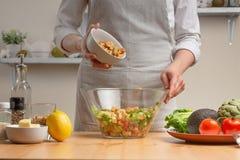 Варить вкусную и здоровую еду Povar брызгает крошки для салата, концепцию вкусной и полезной еды, диеты, вегетарианца стоковая фотография rf