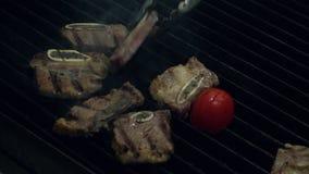 Варить вождь кладет сырую часть мяса на горячий куря гриль с огнем под использованием пинцета металла, конца вверх по замедленном акции видеоматериалы