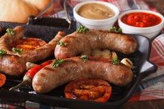 Варить горячей сосиски: Зажаренные сосиски, овощи и плюшки Стоковая Фотография