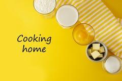 Варить домашнюю надпись, помечая буквами Ингредиенты обрамляют для печь печенья или десерта - масла, муки, яя, молока, сахара yel стоковое изображение rf