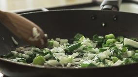 Варить еду в лотке на плите сток-видео