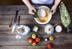 варить еду Женщина кашевар подготавливает тесто или сливк продукты изображения конструкции хлебопекарни Деревенский тип Стоковое Изображение RF