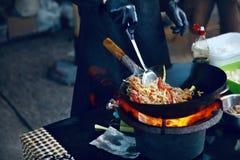 Варить еду на огне на фестивале улицы стоковая фотография