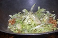 Варить еды лапши зажаренный мамой стоковые фотографии rf