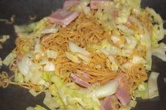 Варить еды лапши зажаренный мамой стоковое фото rf