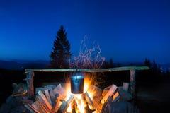 Варить еду в баке на огне Стоковое Изображение RF