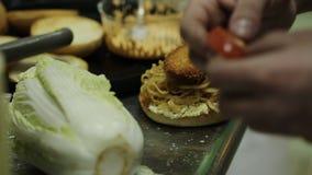 Варить еды кавказского бургера говядины Chargrilled девушки здорового низко- тучный вскользь видеоматериал