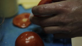 Варить еды кавказского бургера говядины Chargrilled девушки здорового низко- тучный вскользь сток-видео