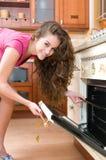 варить женщину печи отверстия кухни двери Стоковая Фотография