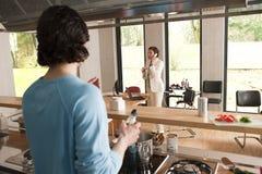 варить женщину телефона человека Стоковое Изображение