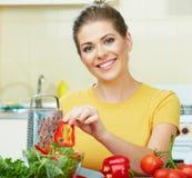 Варить женщины  еда в кухне Стоковое Фото