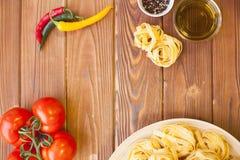 Варить ингридиенты на деревянном столе Стоковые Изображения