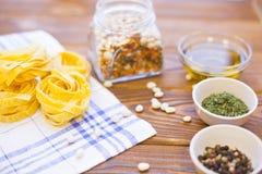 Варить ингридиенты на деревянном столе Стоковая Фотография