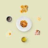 Варить ингридиенты для итальянской еды, carbonara, изолированное на желтой предпосылке Стоковая Фотография RF