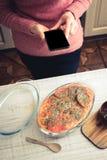 Варить испеченное мясо с овощем от вертикали рецепта интернета Стоковое Изображение RF