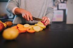 Варить картошки и сладкие картофели стоковое изображение rf