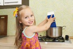 варить кухню девушки Стоковые Фото